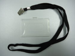 Wrap on tag 54x86mm with textile tape-Visačky z pevného plastu, vnitřní rozměr 88 x 55 mm, šňůrka v černé barvě. K visačce je přichycena krokodýlkem