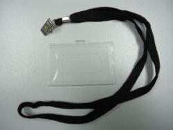 Obal na visačky 54x86mm  s textilní páskou-Visačky z pevného plastu, vnitřní rozměr 88 x 55 mm, šňůrka v černé barvě. K visačce je přichycena krokodýlkem